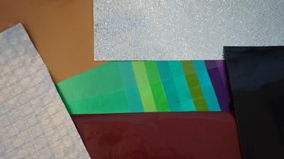 Feuilles d'aluminium et feuilles composites laquées et gravées.
