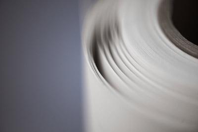 Kraftpapier (braun, recycelt und weiss) lieferbar in 60-200 g/m².